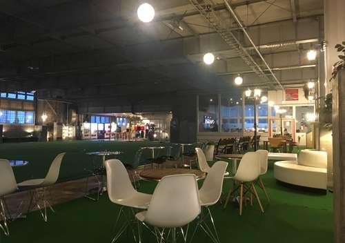 フットサルスタジアム蹴の屋内フローリングコート横の観覧席